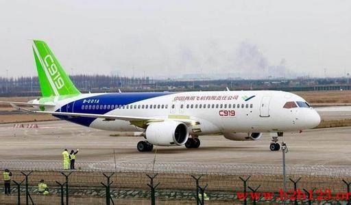 国产大飞机十年磨一剑   中国自主打造的大型客机C919即将迎来首飞。近日,C919首飞放飞评审会在中国商飞公司试飞中心浦东准备基地召开。专家认为,C919已通过首飞放飞评审,在完成后续高速滑行后,将择机进行首飞。   针对首飞时机,《中国经营报》记者致电中国商飞公司,相关工作人员表示,最近暂不接受采访,首飞前会安排采访。据记者了解,这次评审会是继3月20日通过首飞技术评审后,C919大型客机完成的首飞前最后一项评审任务。   此前,来自多个单位的25位专家对C919大型客机首飞技术评审专家意见关